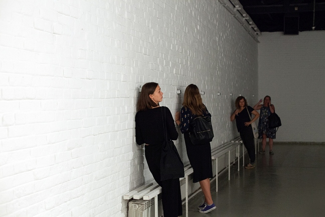 leaning-against-the-wall-performance